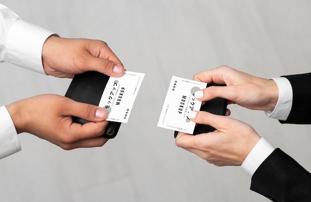 Hombres con maqueta de tarjetas de visita