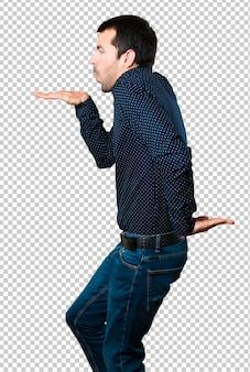 Homem bonito louco dançando