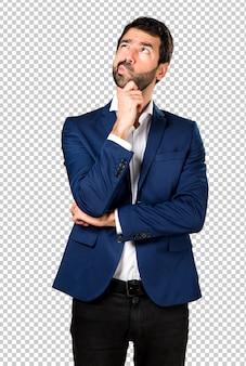 Homem bonito, pensando