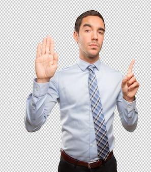 Homem jovem sério, fazendo um gesto de parada