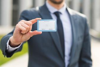 Homem negócios, segurando, cartão negócio, mockup