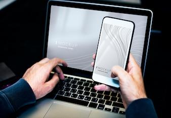 Homem negócios, usando, um, laptop, e, um, telefone móvel, mockup