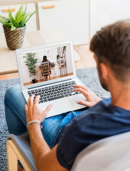 Homem, usando, laptop