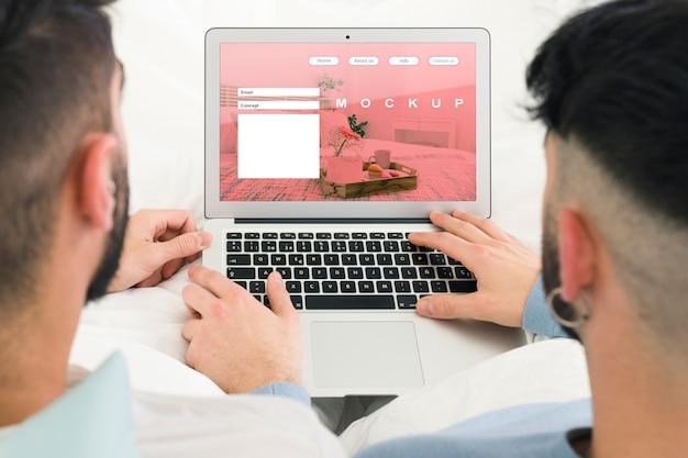 Homopaar en laptop mockup