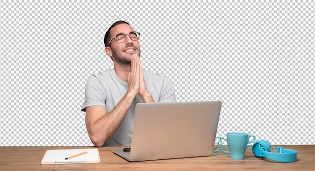 Hoopvolle jonge man zit aan zijn bureau