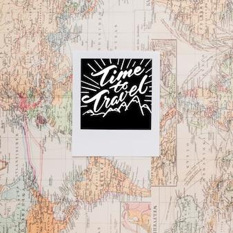 Hora viajar sobre mapa del mundo vintage