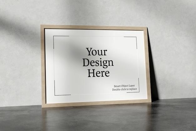 Horizontaal frame dat tegen een muurmodel leunt