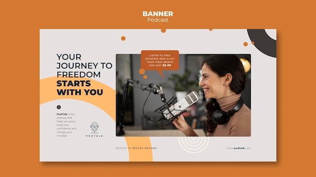 Horizontale banner met vrouwelijke podcaster en microfoon