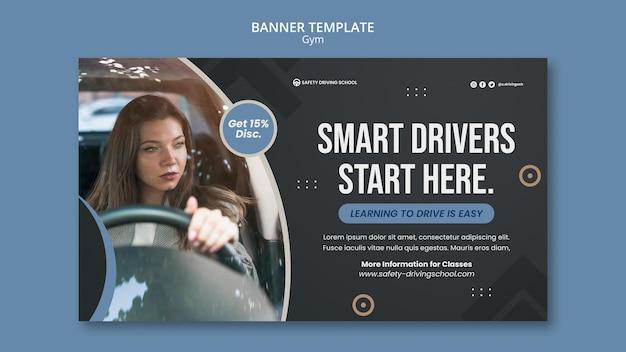 Horizontale bannersjabloon voor rijschool met vrouwelijke chauffeur in auto