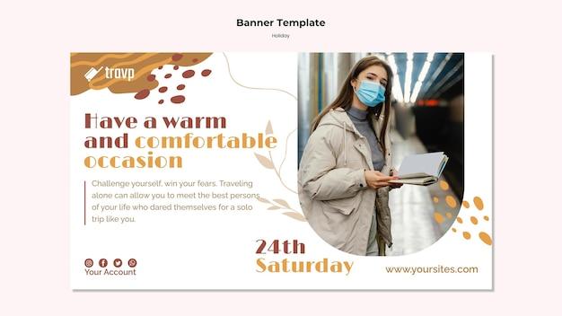 Horizontale bannersjabloon voor vakantiereizen met persoon die een medisch masker draagt