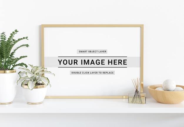 Horizontale gouden frame opleggen plank mockup