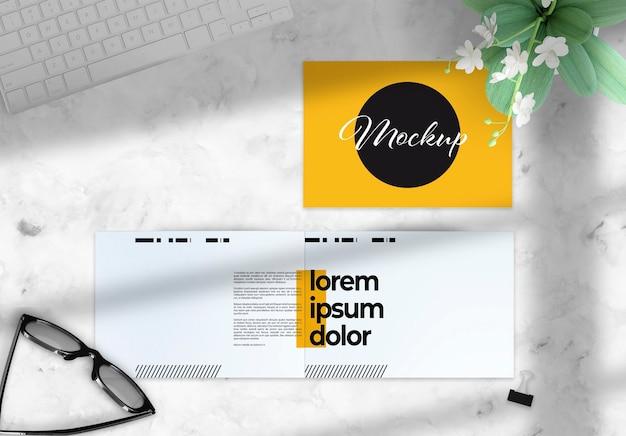 Horizontale tweevoudige brochure op een desktopmodel met deco-elementen
