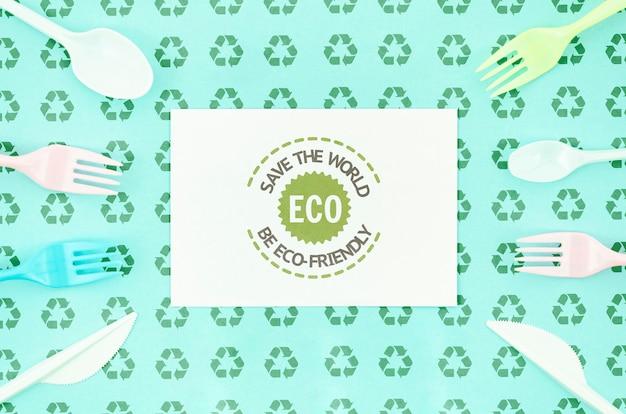 Horquillas ecológicas que rodean la maqueta de la tarjeta