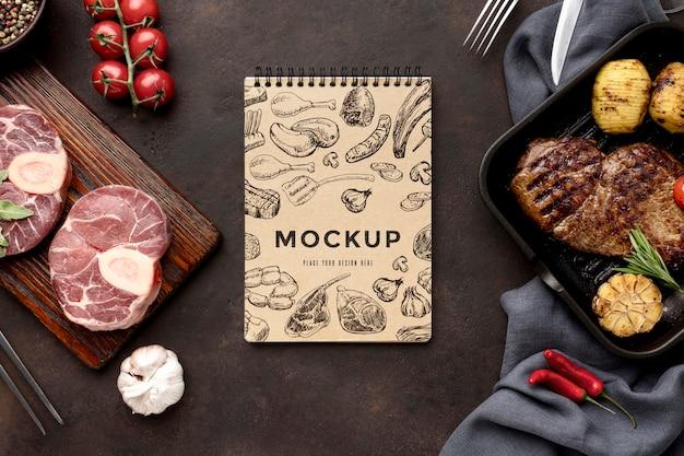 Houten bord met gegrild vleesmodel