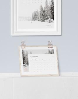 Houten bord met kalender en schilderij hierboven