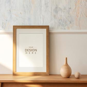 Houten fotolijstmodel op een houten dressoirtafel