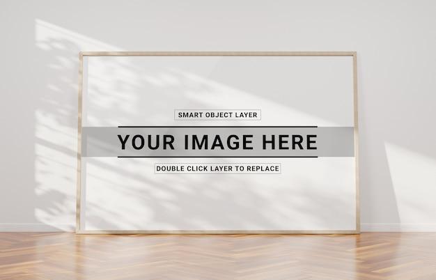 Houten frame leunend in interieur mockup