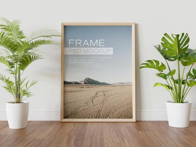 Houten frame leunend op muur mockup