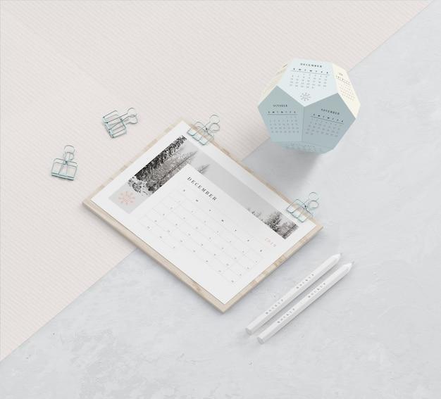 Houten plank en zeshoekig kalendatconcept