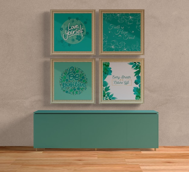 Houten schilderijkaders boven blauwe tafel