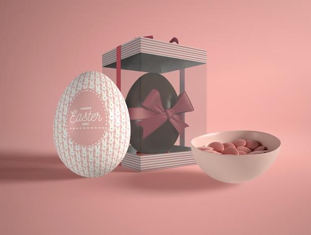 Huevo de chocolate de alto ángulo y dulces