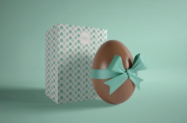 Huevo de pascua chocolate envuelto en mesa