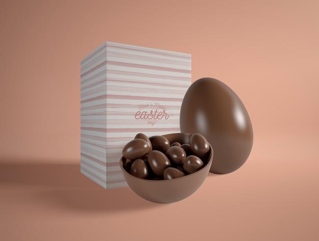 Huevos de chocolate de alto ángulo en la mesa