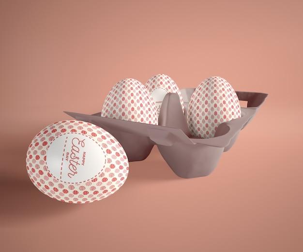 Huevos en encofrado sobre mesa