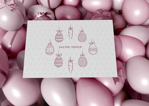 Huevos de pascua coloridos con maqueta de tarjeta