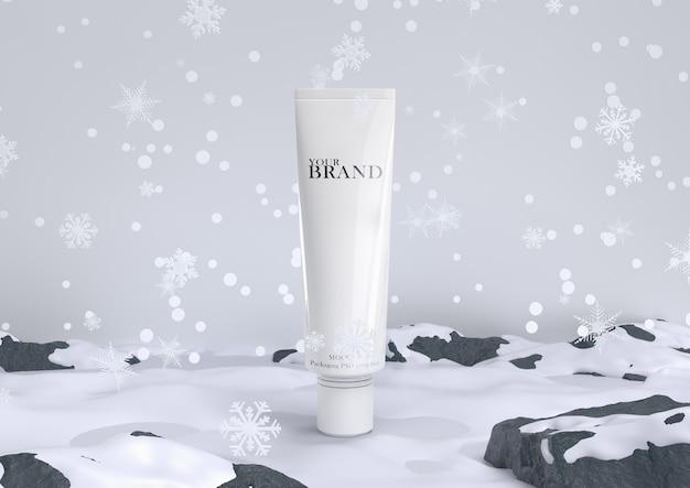 Huidverzorging hydraterende cosmetische premium producten in sneeuw voor kerstmis en winter.