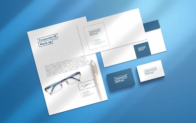 Huisstijl briefpapier mock-up set met beweegbare voorwerpen