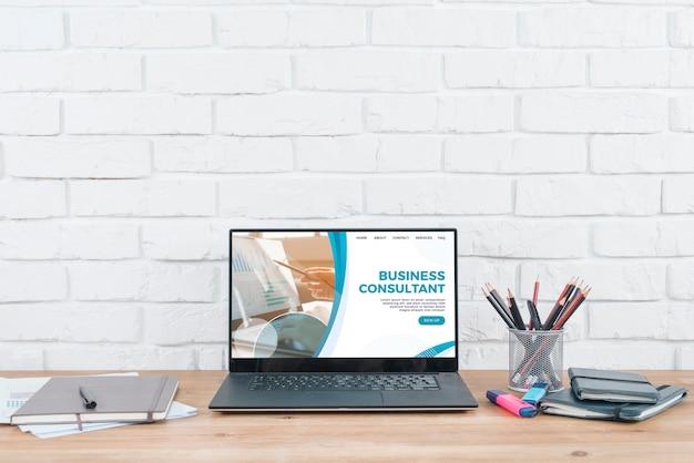 Hulpmiddelen en laptop op desckmodel