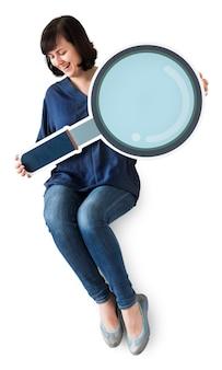 Icona della lente d'ingrandimento della holding della donna
