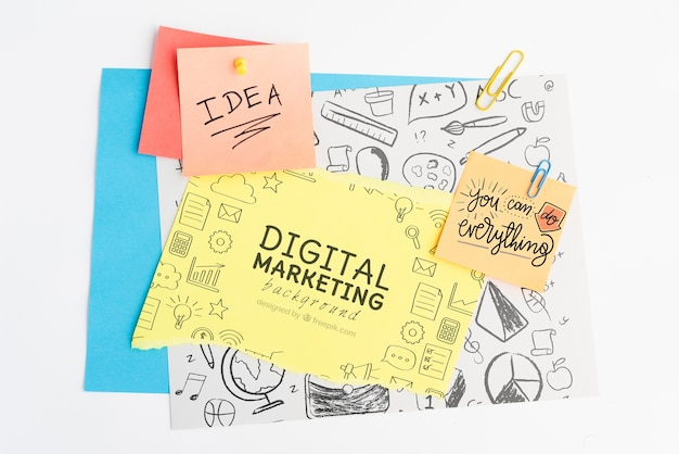 Idea de concepto y antecedentes de marketing digital en post-it con garabatos