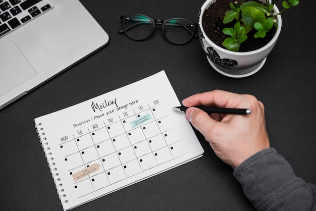 Iemands hand schrijven op kalender
