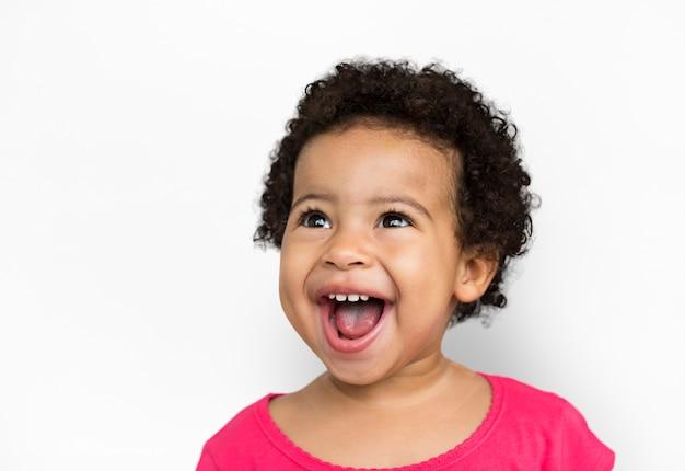 Il bambino allegro si diverte il concetto sorridente