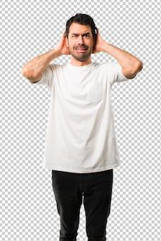 Il giovane con la camicia bianca prende le mani sulla testa perché ha emicrania