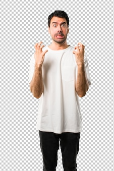 Il giovane con la camicia bianca si è infastidito arrabbiato nel gesto furioso. espressione negativa
