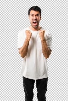 Il giovane con la camicia bianca si è infastidito arrabbiato nel gesto furioso. frustrato da una brutta situazione