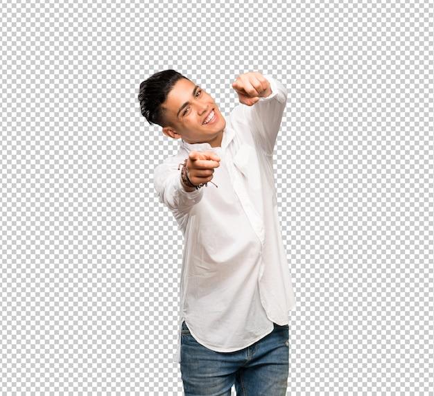 Il giovane punta il dito a voi mentre sorride