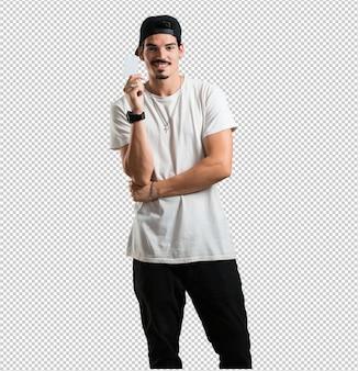 Il giovane rapper sorride fiducioso, offre un biglietto da visita, ha un'attività fiorente, copia spazio per scrivere quello che vuoi