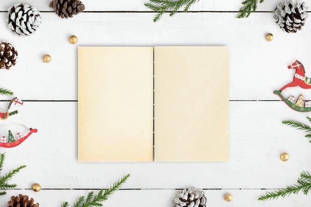 Ilustraciones navideñas en una maqueta de cuaderno.