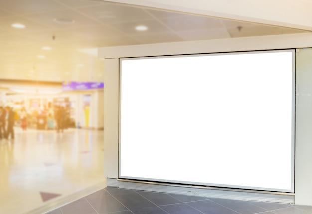 Imagen de maqueta de carteles de cartelera en blanco y encabezada en la estación terminal del aeropuerto para publicidad.