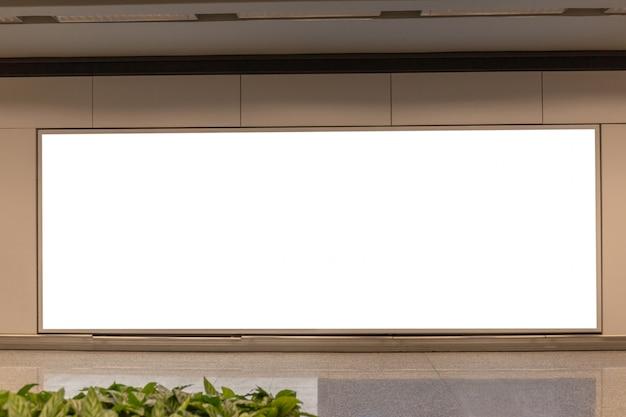 Imagen de la maqueta de los carteles de la pantalla blanca de la cartelera en blanco y led en la estación de metro para la publicidad