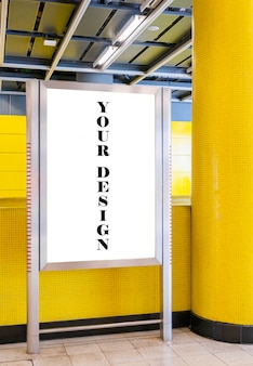 Imagen de la maqueta de carteles de pantalla blanca de cartelera en blanco y led en la estación de metro