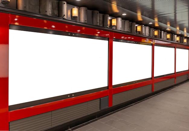 Imagen de la maqueta de los carteles de la pantalla blanca de la cartelera en blanco y llevada en la estación de metro para la publicidad