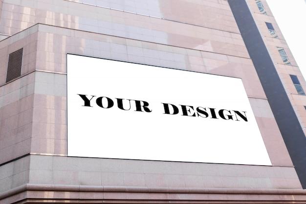 Imagen de maqueta de carteles de pantalla en blanco de cartelera en blanco y led fuera del edificio
