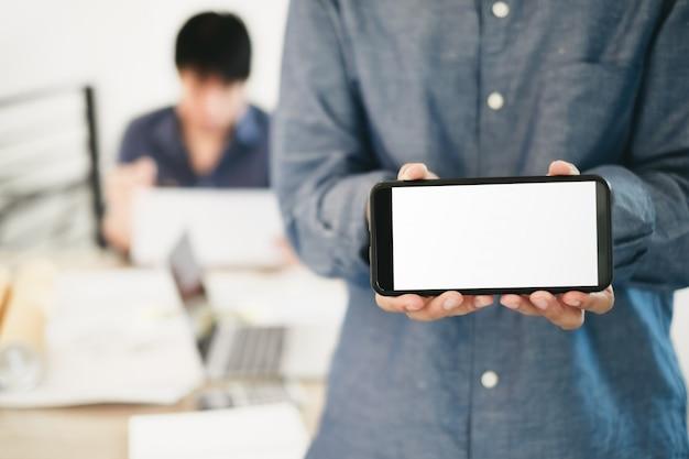 Immagine del modello degli ingegneri che mostrano progetto di costruzione di progettazione dello smartphone in ufficio
