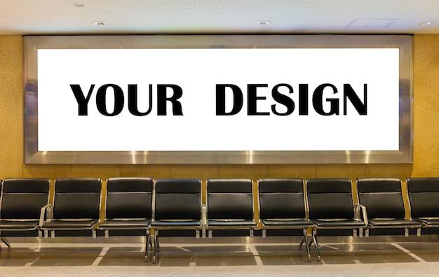Immagine del modello dei manifesti dello schermo bianco del tabellone per le affissioni in bianco e principale nel terminale di aeroporto