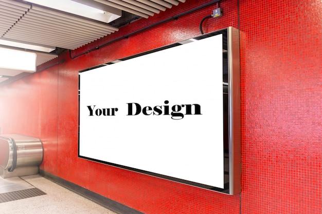 Immagine del modello dei manifesti dello schermo bianco del tabellone per le affissioni in bianco e principale nella stazione della metropolitana